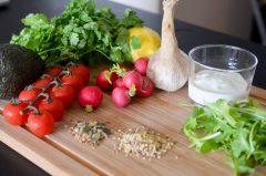Salade_quinoa_legumes_croquants_sauce_avocat_yaourt (1 sur 8)