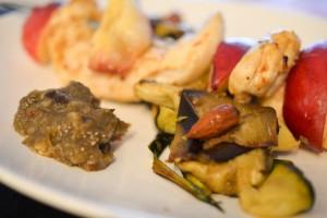 Brochette de poulet et son tagine de légumes grillés, crémeux d'aubergines au citron confit