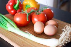 Oeufs_brouillés_oignons_nouveaux_légumes_grillés (1 sur 11)