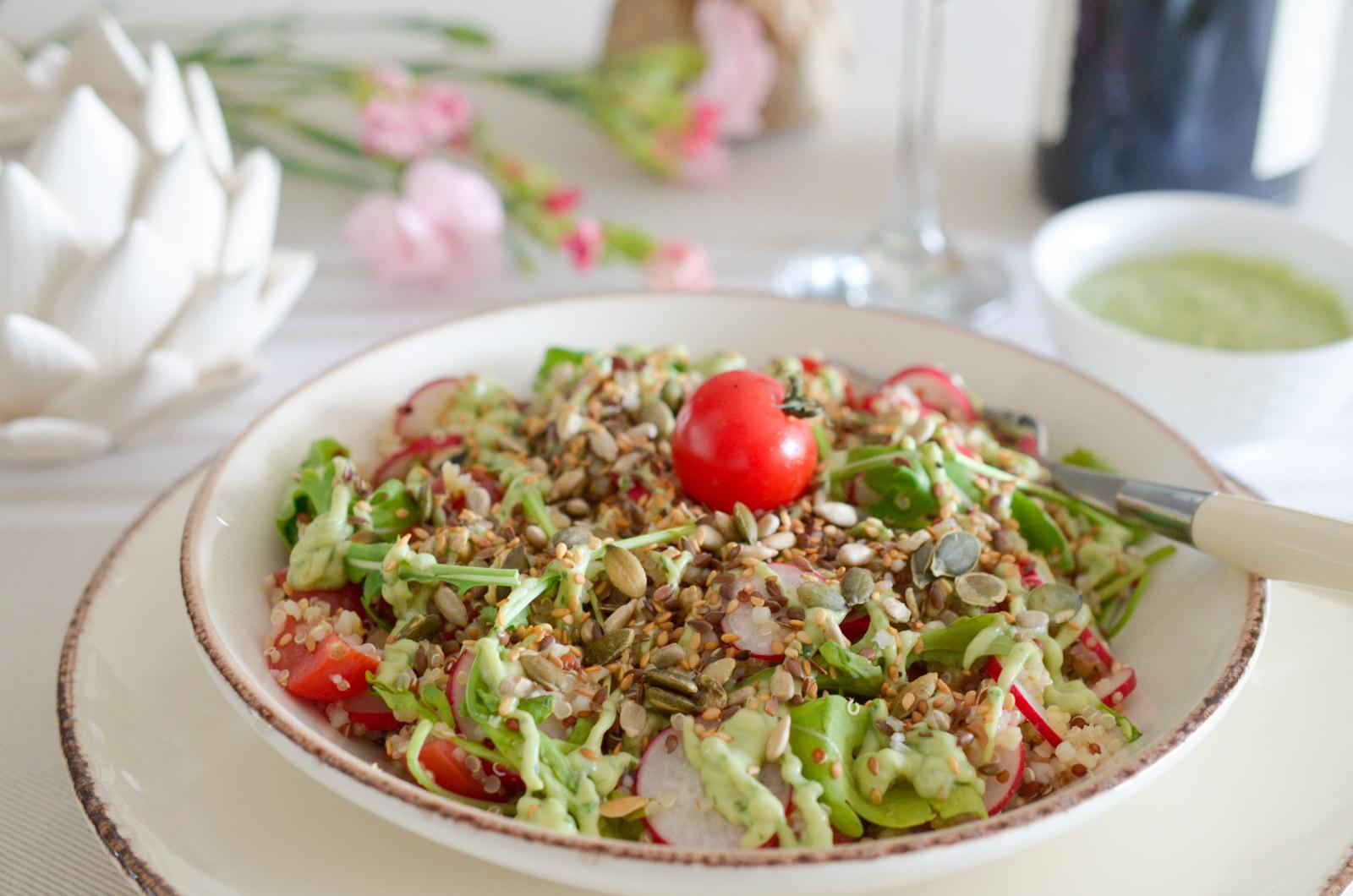 Salade de quinoa aux légumes croquants, sauce crémeuse à l'avocat