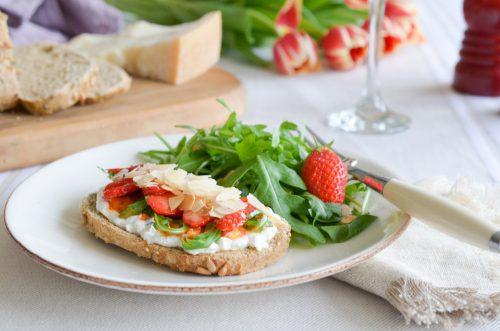 Crostini au pesto rosso et à la fraise