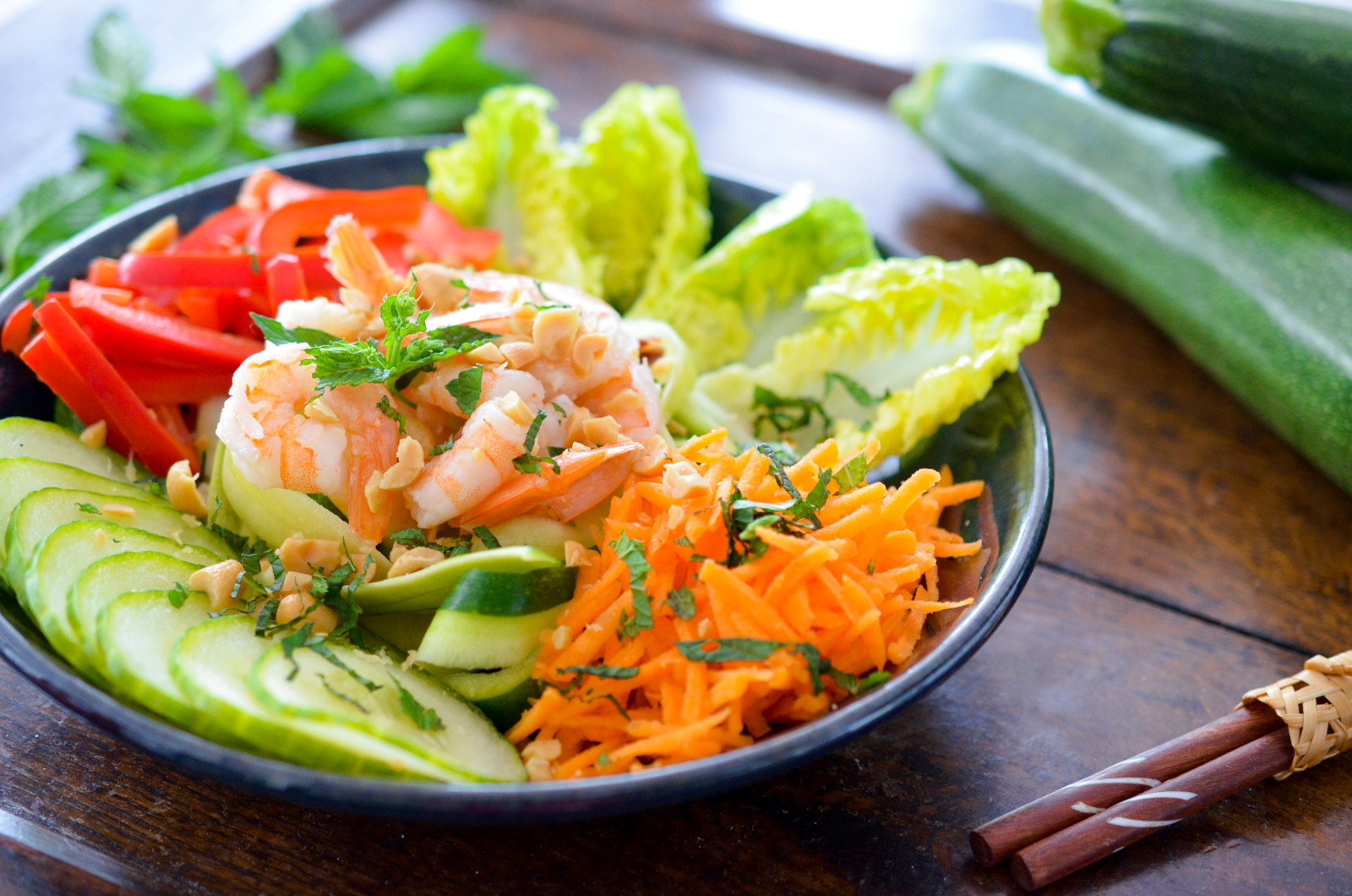 Salade de courgettes aux crevettes façon bobun