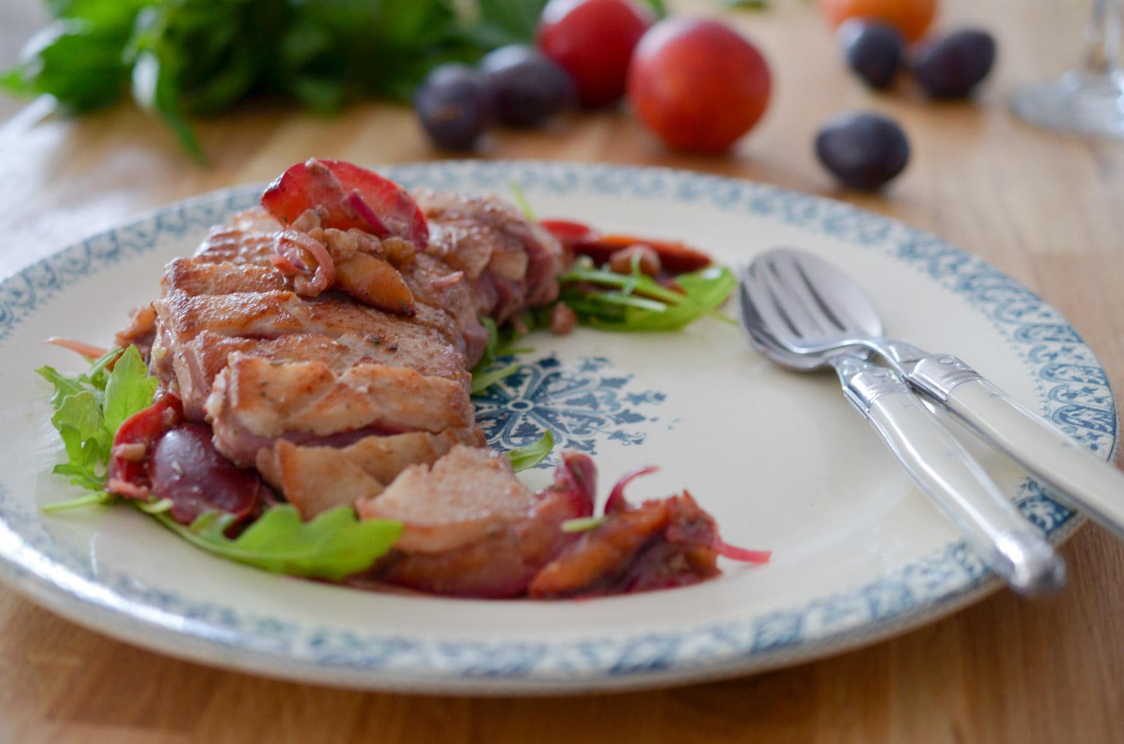 Magret de canard aux prunes et aux noix