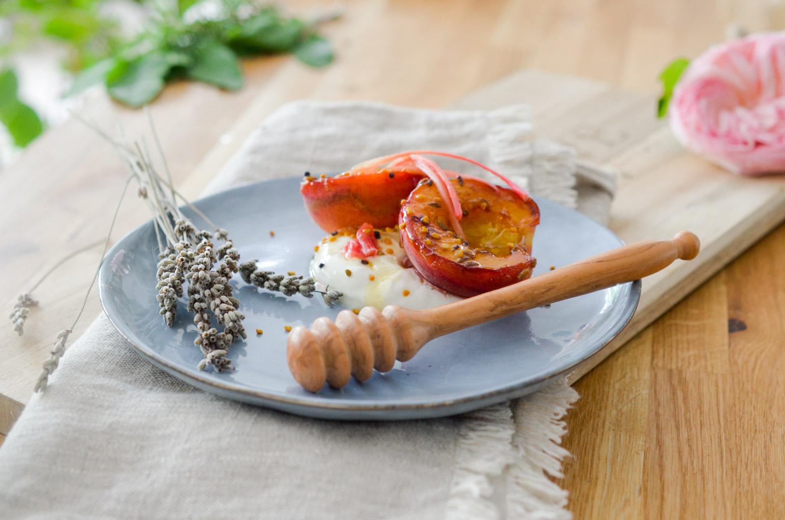 Pêches rôties au citron et à la lavande