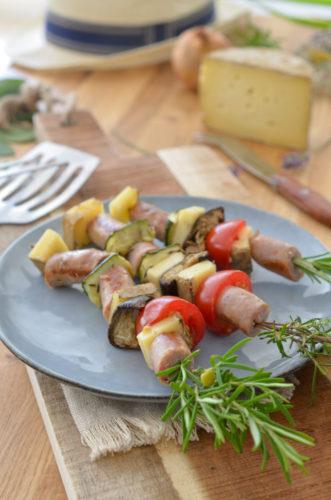 Brochettes mixtes du jardin aux saucisses, petits légumes et Tommette