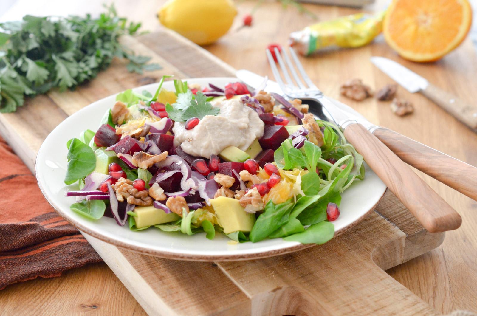 Salade vegan betterave houmous et avocat