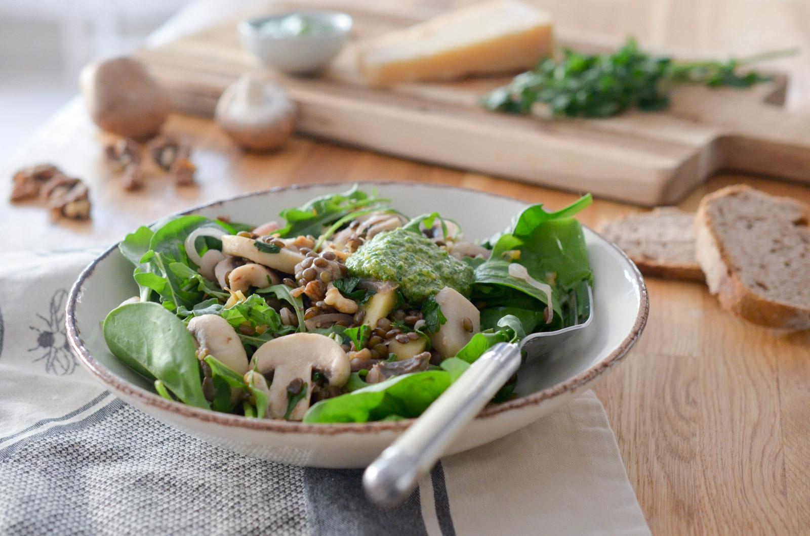 Salade tiède de champignons et pesto de roquette